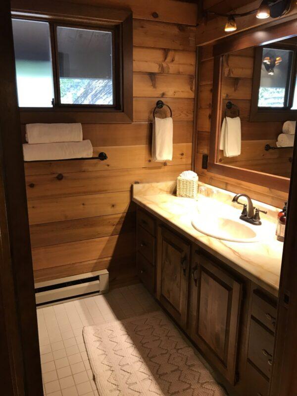 Good Medicine Lodge Great Northern Room 2 bathroom